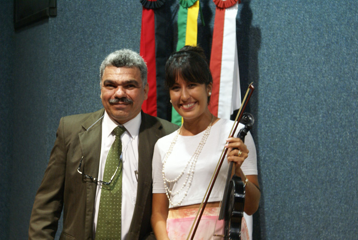 O presidente do Congestas 2013, Ronilson Paz, apresentando a violinista, cantora e dancarina Belle Soares.