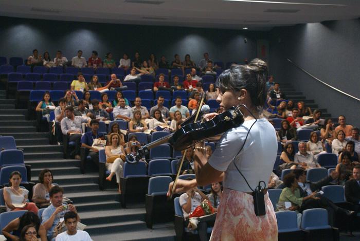 A violinista, cantora e dancarina Belle Soares encantando a todos na abertura do Congestas 2013.