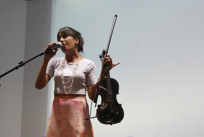 A violinista, cantora e dancarina Belle Soares, com sua graca e simpatia, encantou a todos na abertura do Congestas 2013.