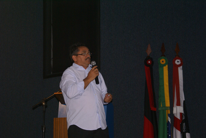 O economista da UFPB Tarcisio Valerio da Costa, proferindo a palestra de abertura Coleta Seletiva de Residuos Solidos: O Caso do Municipio de Bonito de Santa Fe-PB, no Congestas 2013.