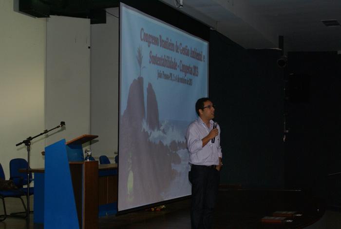 O Mestre em Desenvolvimento e Meio Ambiente Andre Luiz Queiroga Reis, proferindo a palestra Preservacao e Recuperacao de Nascentes.
