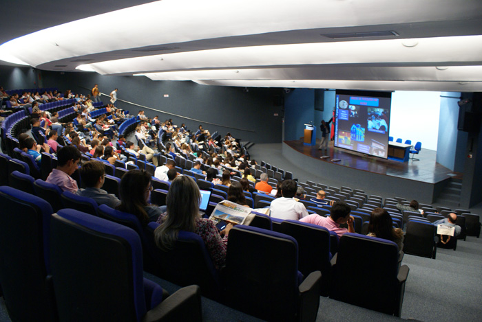 Congresssitas assistindo a palestra Edificacoes e Comunidades Sustentaveis proferida pelo professor Miguel Aloysio Sattler.