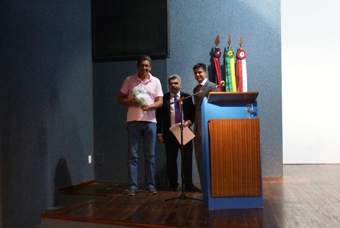 Congressista sorteado com um livro na palestra Gestao Ambiental nas Empresas e o Paradigma da Sustentabilidade, proferida pelo Dr. Emanuel Vieira Goncalves, da FIEP.