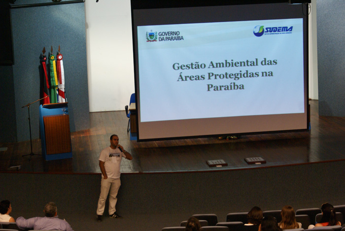 O Biologo Thiago Cesar Farias da Silva proferindo a palestra Unidades de Conservacao como Motores do Desenvolvimento Territorial.