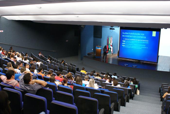 A professora Cristina Crispim da UFPB proferindo a palestra Impactos Ambientais e Uso Sustentavel dos Ecossistemas Costeiros.