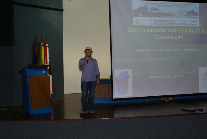 O professor da UFPB Joacio de Araujo Morais proferindo a palestra Gerenciamento de Residuos da Construcao Civil e Demolicao (RCD).