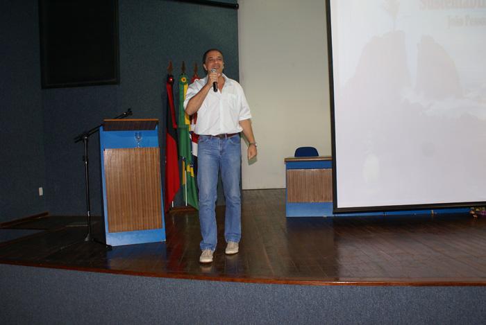 O professor Carlos Frederico Bernardo Loureiro da UFRJ proferindo a palestra <i><b>Educacao Ambiental na Gestao Publica do Ambiente</b></i>.