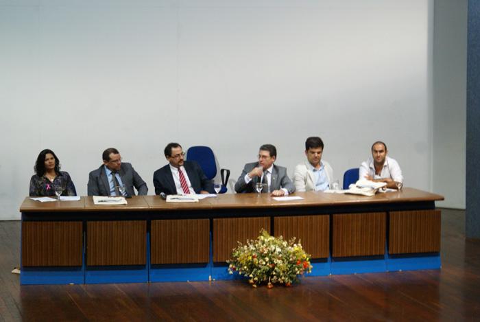 Integrantes da SEMAM, UFCG, Ministerio Publico Estadual e SUDEMA compondo a mesa-redonda O Sistema Nacional de Meio Ambiente (SISNAMA) a Luz da Lei Complementar no. 140/2011.