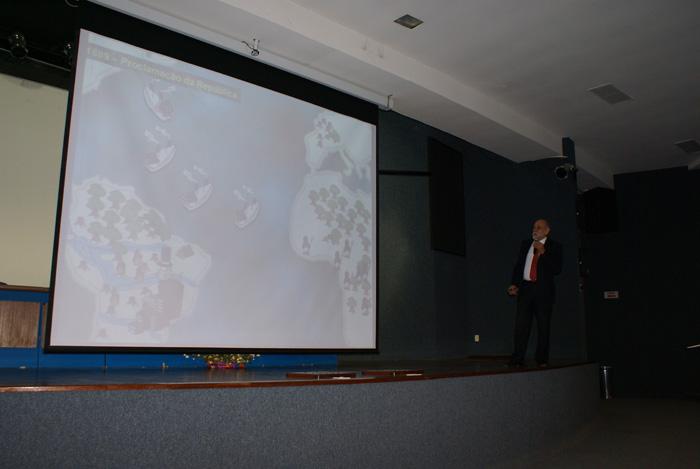 O Dr. Helio Gurgel da ABEMA proferindo a palestra Legislacao Ambiental.